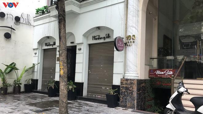 Phố cổ Hà Nội treo đầy biển hiệu sang nhượng, đóng cửa - Ảnh 2.