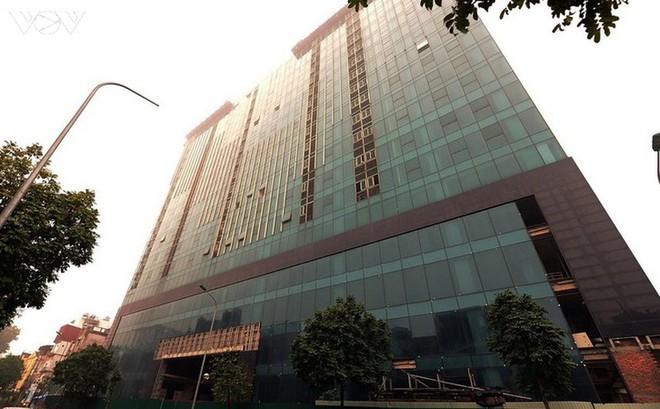 Sai phạm toà nhà 8B Lê Trực: Cắt, dỡ hàng loạt tấm bê tông tại tầng 18 - Ảnh 1.