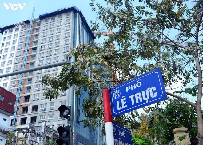 Sai phạm toà nhà 8B Lê Trực: Cắt, dỡ hàng loạt tấm bê tông tại tầng 18 - Ảnh 2.