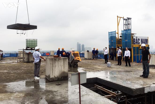 Sai phạm toà nhà 8B Lê Trực: Cắt, dỡ hàng loạt tấm bê tông tại tầng 18 - Ảnh 11.