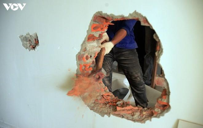 Sai phạm toà nhà 8B Lê Trực: Cắt, dỡ hàng loạt tấm bê tông tại tầng 18 - Ảnh 13.