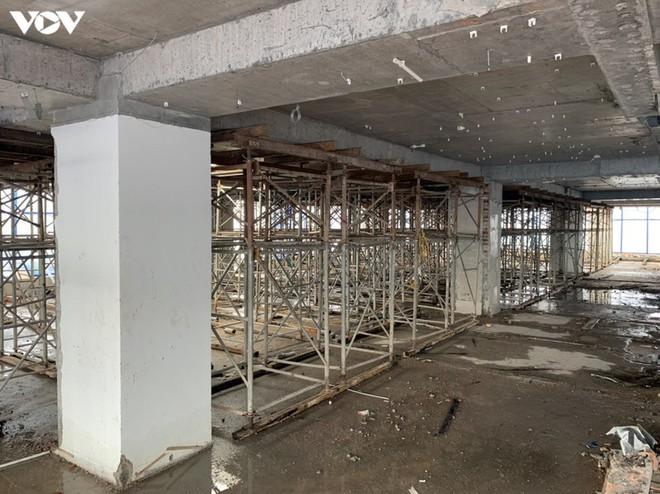 Sai phạm toà nhà 8B Lê Trực: Cắt, dỡ hàng loạt tấm bê tông tại tầng 18 - Ảnh 3.