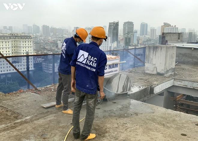 Sai phạm toà nhà 8B Lê Trực: Cắt, dỡ hàng loạt tấm bê tông tại tầng 18 - Ảnh 5.