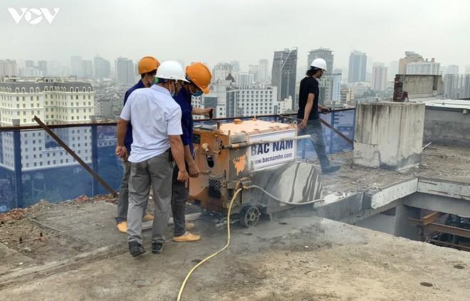 Sai phạm toà nhà 8B Lê Trực: Cắt, dỡ hàng loạt tấm bê tông tại tầng 18 - Ảnh 6.