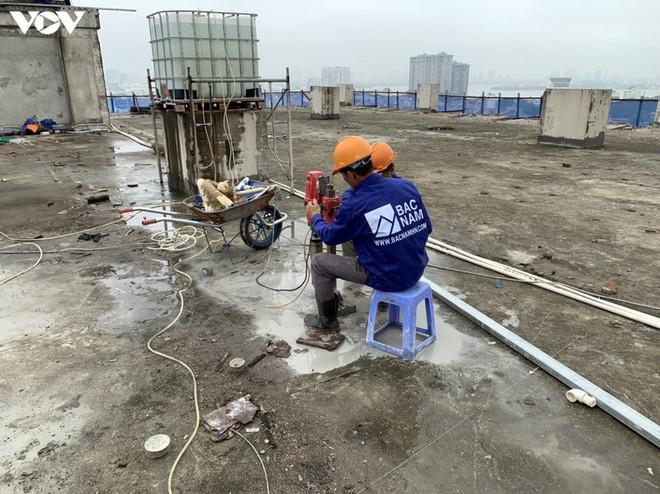 Sai phạm toà nhà 8B Lê Trực: Cắt, dỡ hàng loạt tấm bê tông tại tầng 18 - Ảnh 9.