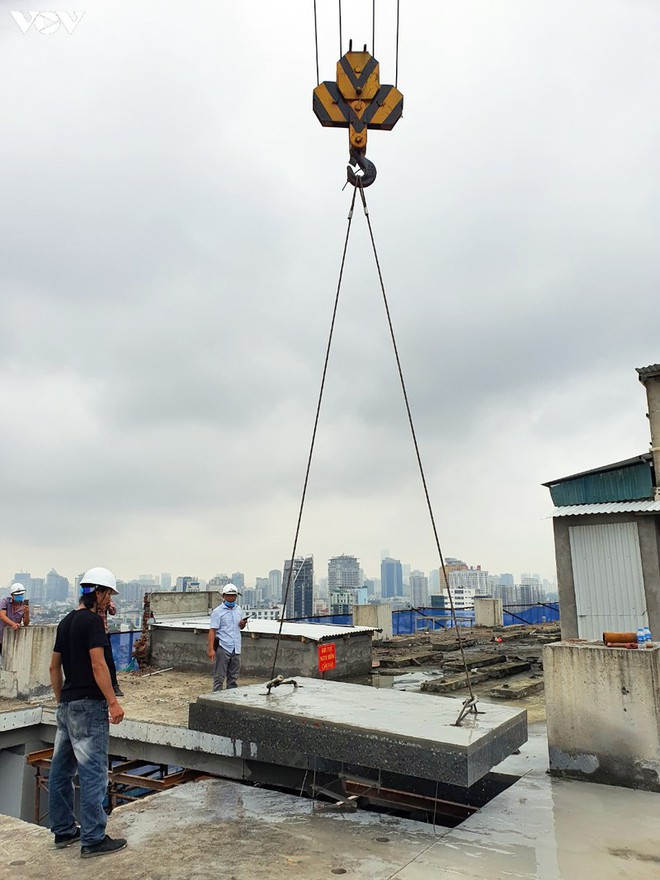 Sai phạm toà nhà 8B Lê Trực: Cắt, dỡ hàng loạt tấm bê tông tại tầng 18 - Ảnh 10.