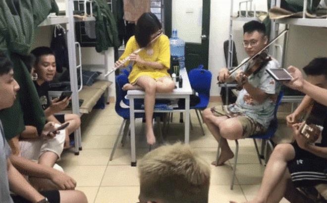 Xem sinh viên Âm nhạc học quân sự mà phát ham: Chơi nhạc giờ giải lao cứ ngỡ đang đi xem concert