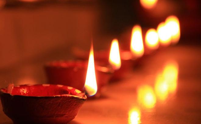 Thắp 4 ngọn đèn dầu trong phòng tối, thầy giáo chỉ ra 1 đạo lý giúp học trò cũ trở thành nhân viên xuất sắc: Ai cũng nên biết!