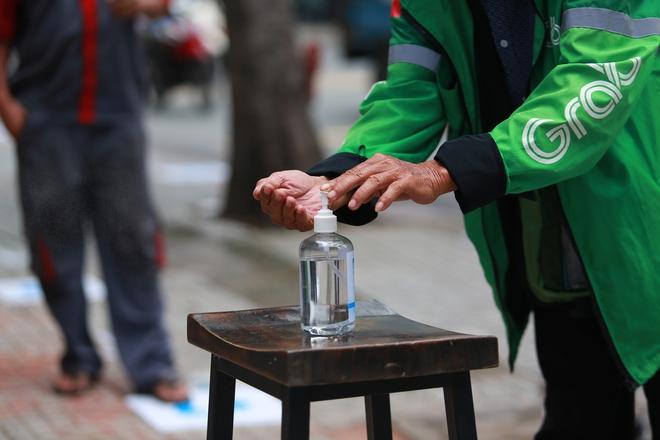 Cận cảnh cây ATM khẩu trang phát miễn phí cho người nghèo ở Sài Gòn - Ảnh 3.
