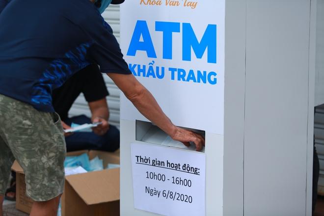 Cận cảnh cây ATM khẩu trang phát miễn phí cho người nghèo ở Sài Gòn - Ảnh 1.