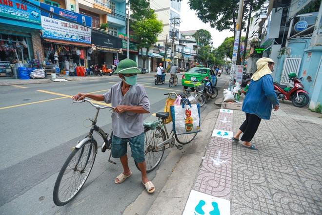 Cận cảnh cây ATM khẩu trang phát miễn phí cho người nghèo ở Sài Gòn - Ảnh 7.