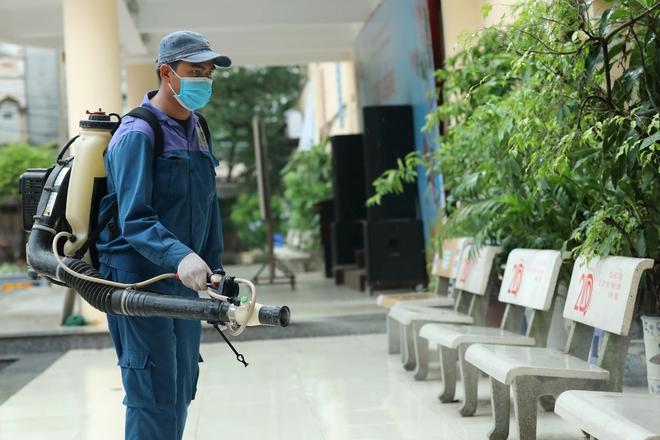 Phun khử khuẩn các điểm thi tại Hà Nội để chuẩn bị thi tốt nghiệp THPT giữa tâm dịch Covid-19 - Ảnh 11.