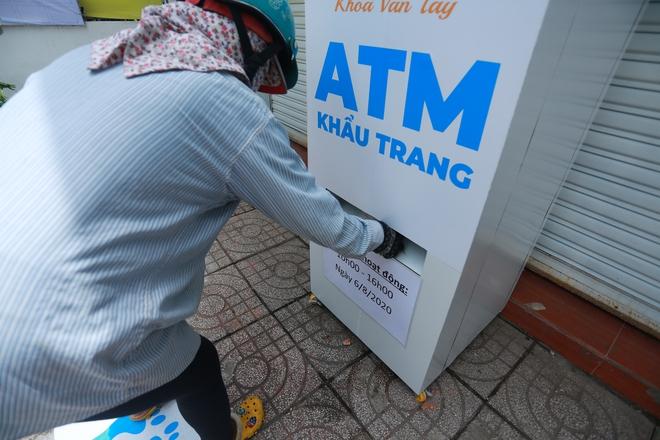 Cận cảnh cây ATM khẩu trang phát miễn phí cho người nghèo ở Sài Gòn - Ảnh 6.