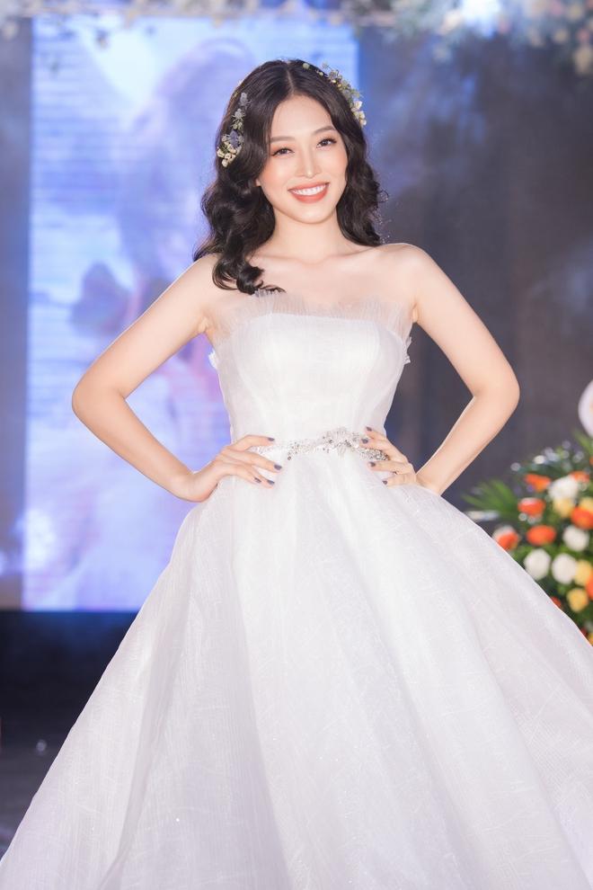 Ngọc Nữ gây chú ý khi diện váy cưới gợi cảm - Ảnh 3.