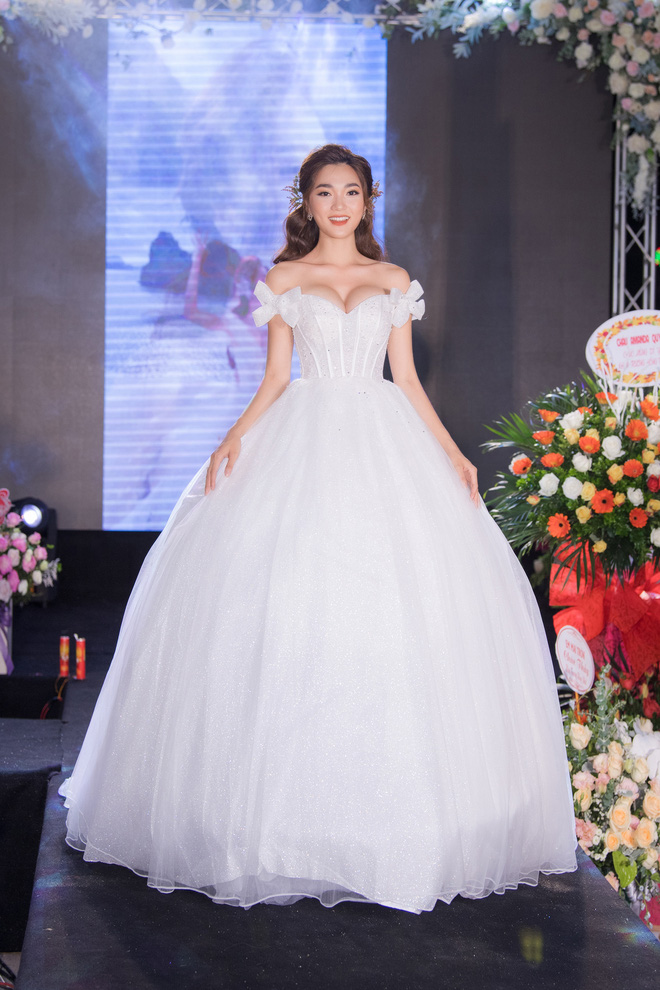 Ngọc Nữ gây chú ý khi diện váy cưới gợi cảm - Ảnh 4.