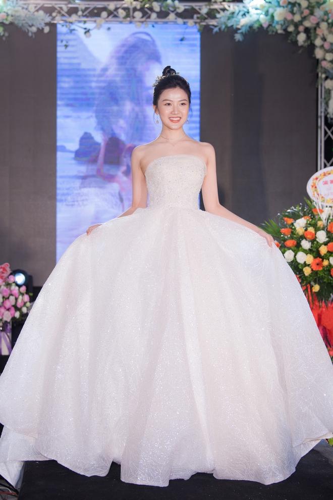 Ngọc Nữ gây chú ý khi diện váy cưới gợi cảm - Ảnh 8.