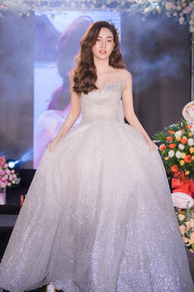 Ngọc Nữ gây chú ý khi diện váy cưới gợi cảm - Ảnh 7.