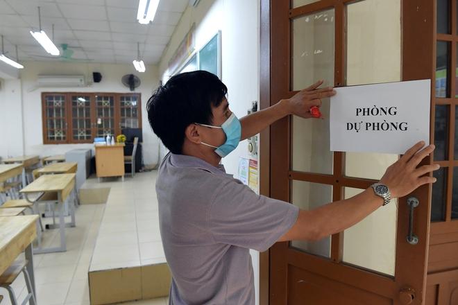 Phun khử khuẩn các điểm thi tại Hà Nội để chuẩn bị thi tốt nghiệp THPT giữa tâm dịch Covid-19 - Ảnh 7.