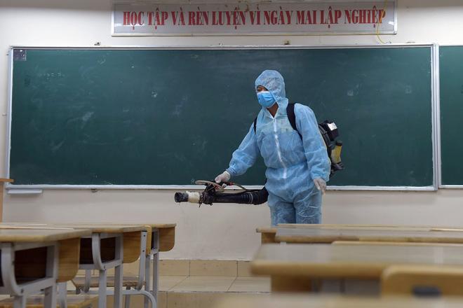 Phun khử khuẩn các điểm thi tại Hà Nội để chuẩn bị thi tốt nghiệp THPT giữa tâm dịch Covid-19 - Ảnh 6.
