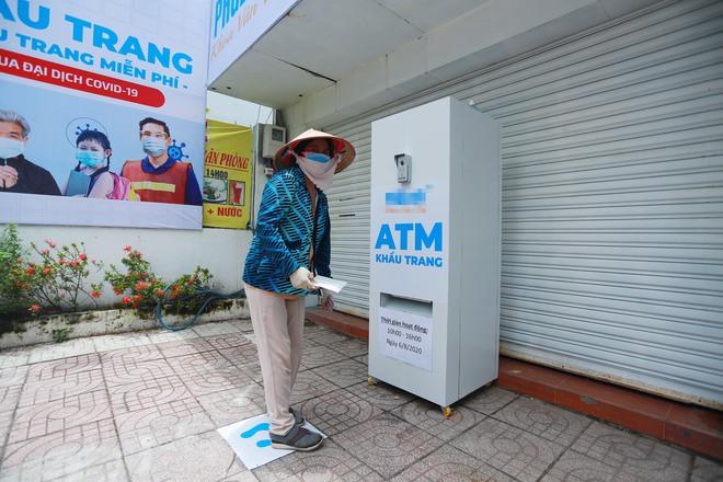 Cận cảnh cây ATM khẩu trang phát miễn phí cho người nghèo ở Sài Gòn - Ảnh 9.