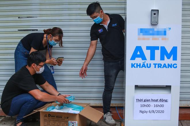 Cận cảnh cây ATM khẩu trang phát miễn phí cho người nghèo ở Sài Gòn - Ảnh 2.