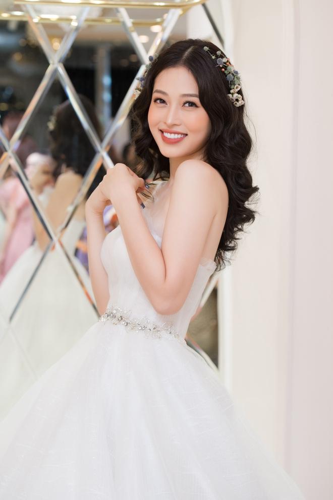 Ngọc Nữ gây chú ý khi diện váy cưới gợi cảm - Ảnh 2.