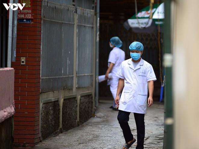 BN COVID-19 thứ 10 tử vong; Người thân ùn ùn mang nhu yếu phẩm đến tòa nhà nơi ca mắc mới ở Hà Nội sinh sống - Ảnh 3.