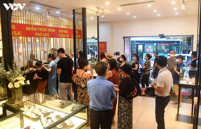 Hình ảnh người dân xếp hàng đi bán vàng sau khi đạt mốc 62 triệu đồng/lượng - Ảnh 3.