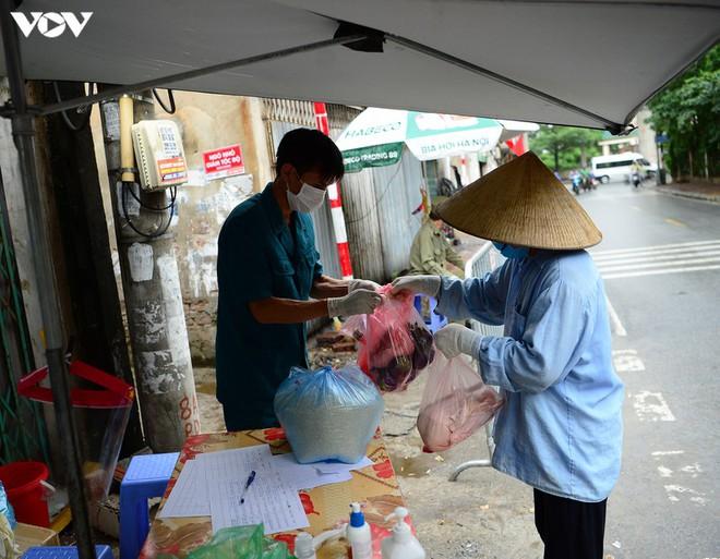 BN COVID-19 thứ 10 tử vong; Người thân ùn ùn mang nhu yếu phẩm đến tòa nhà nơi ca mắc mới ở Hà Nội sinh sống - Ảnh 5.