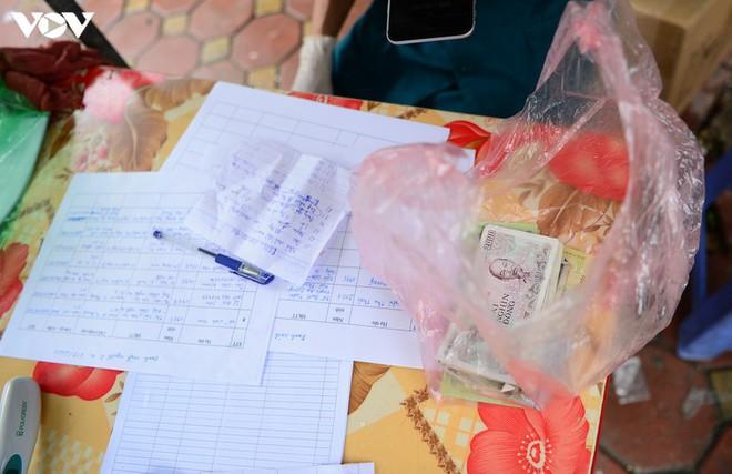 BN COVID-19 thứ 10 tử vong; Người thân ùn ùn mang nhu yếu phẩm đến tòa nhà nơi ca mắc mới ở Hà Nội sinh sống - Ảnh 7.