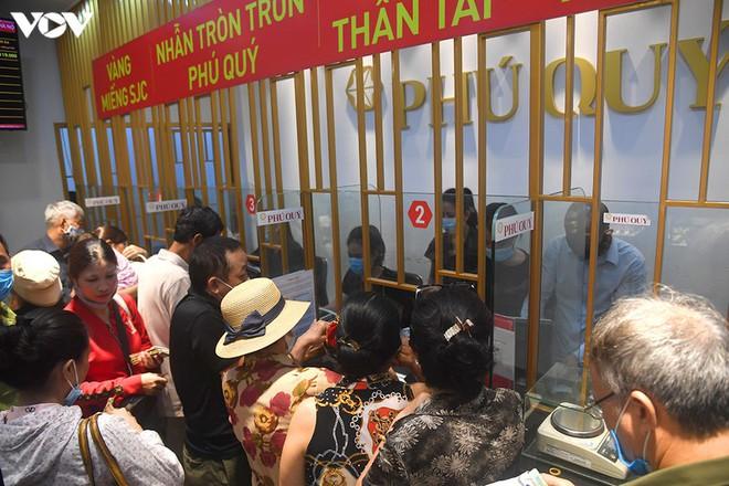 Hình ảnh người dân xếp hàng đi bán vàng sau khi đạt mốc 62 triệu đồng/lượng - Ảnh 7.