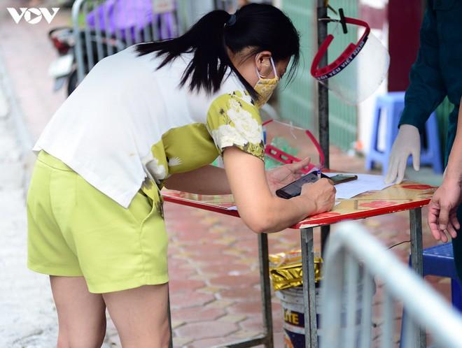 BN COVID-19 thứ 10 tử vong; Người thân ùn ùn mang nhu yếu phẩm đến tòa nhà nơi ca mắc mới ở Hà Nội sinh sống - Ảnh 8.