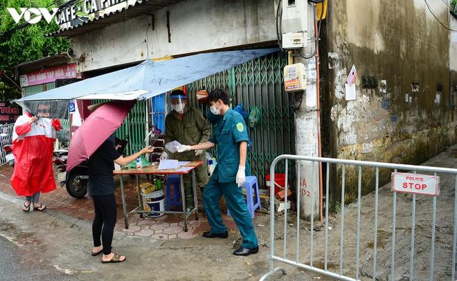 BN COVID-19 thứ 10 tử vong; Người thân ùn ùn mang nhu yếu phẩm đến tòa nhà nơi ca mắc mới ở Hà Nội sinh sống - Ảnh 9.