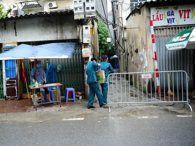 BN COVID-19 thứ 10 tử vong; Người thân ùn ùn mang nhu yếu phẩm đến tòa nhà nơi ca mắc mới ở Hà Nội sinh sống - Ảnh 10.
