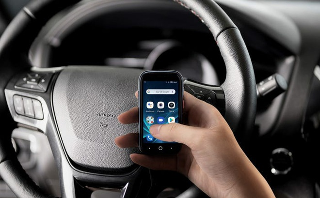 Quên điện thoại màn hình lớn đi, chiếc smartphone tí hon này mới đang là tâm điểm của sự chú ý