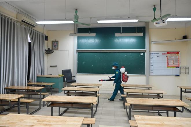 Phun khử khuẩn các điểm thi tại Hà Nội để chuẩn bị thi tốt nghiệp THPT giữa tâm dịch Covid-19 - Ảnh 2.