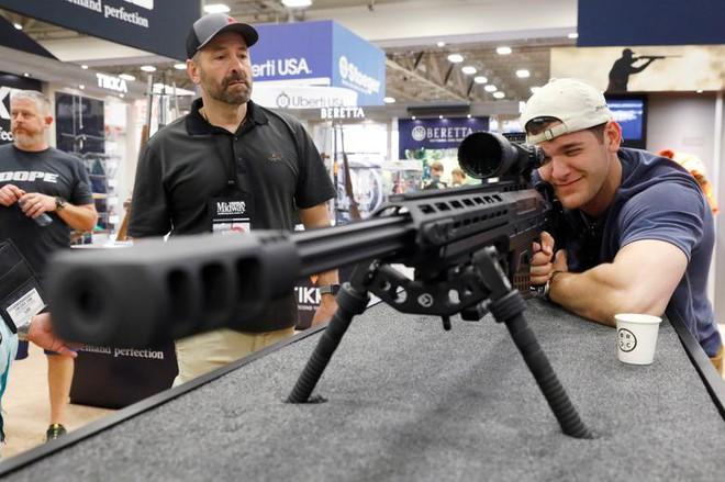 24h qua ảnh: Người đàn ông trải nghiệm súng trường tại triển lãm Mỹ - Ảnh 5.