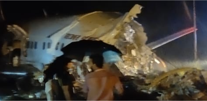 Máy bay Ấn Độ chở 191 người gặp nạn trên đường băng, vỡ làm đôi - Ảnh 2.