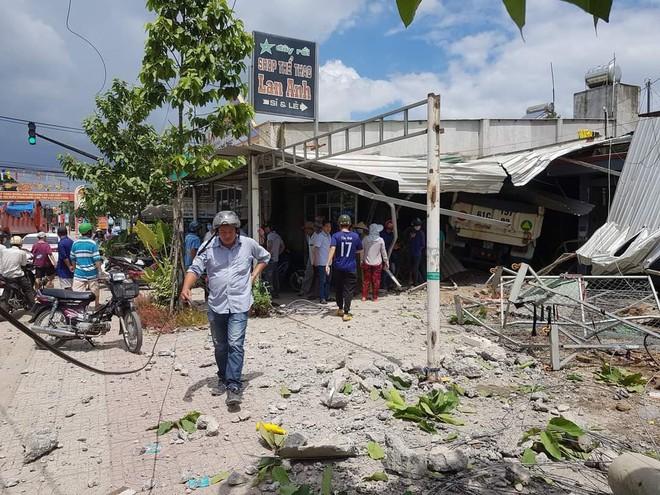 Xe ben điên tông sập 3 nhà dân, nhiều người bị thương - Ảnh 2.