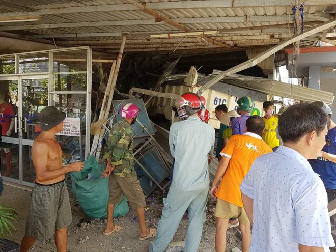 Xe ben điên tông sập 3 nhà dân, nhiều người bị thương - Ảnh 1.