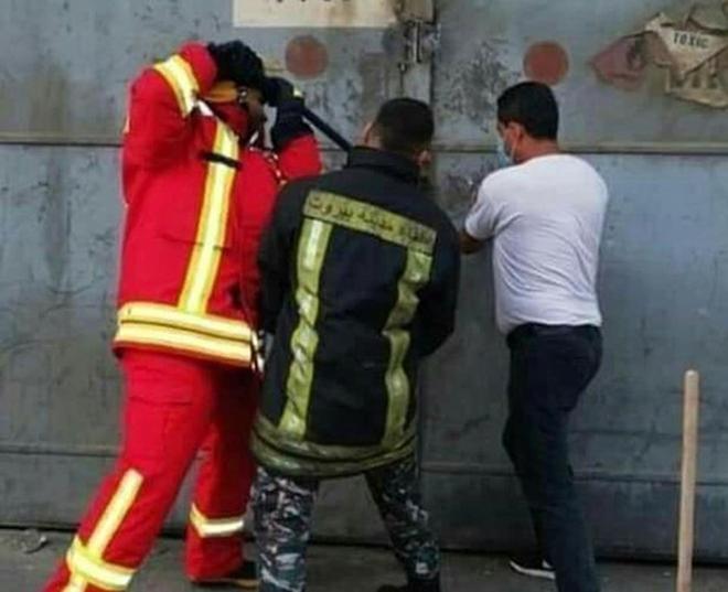 Lebanon: Nhói lòng hình ảnh 3 lính cứu hỏa phá khoá xông vào tử địa - Ảnh 1.
