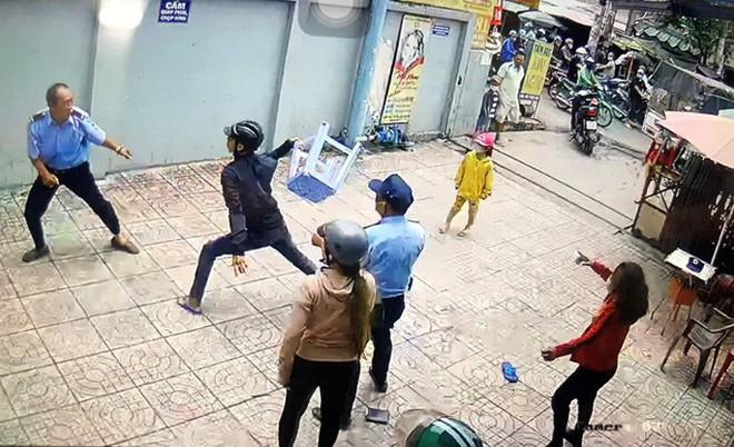 Một bảo vệ chung cư ở quận Bình Tân bị nam thanh niên chém trọng thương - Ảnh 1.