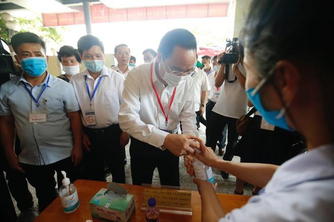 Đi kiểm tra phòng thi, Bộ trưởng Giáo dục được đo nhiệt độ, sát khuẩn tay - Ảnh 1.