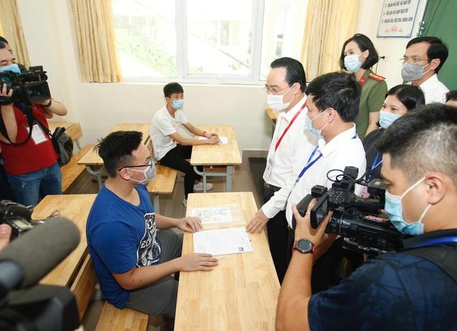 Đi kiểm tra phòng thi, Bộ trưởng Giáo dục được đo nhiệt độ, sát khuẩn tay - Ảnh 2.
