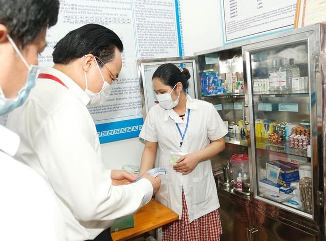Đi kiểm tra phòng thi, Bộ trưởng Giáo dục được đo nhiệt độ, sát khuẩn tay - Ảnh 3.