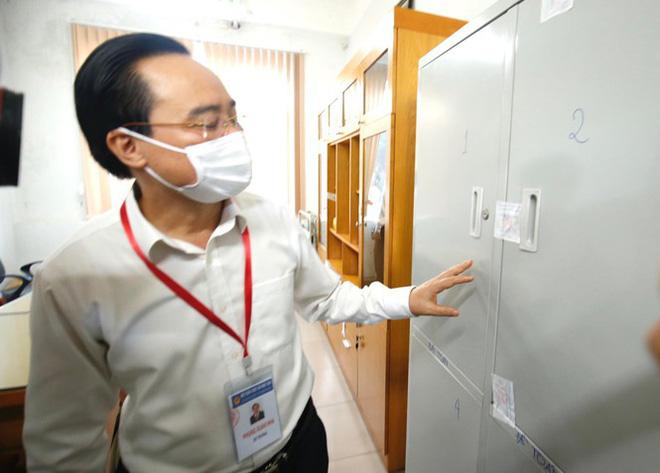 Đi kiểm tra phòng thi, Bộ trưởng Giáo dục được đo nhiệt độ, sát khuẩn tay - Ảnh 4.