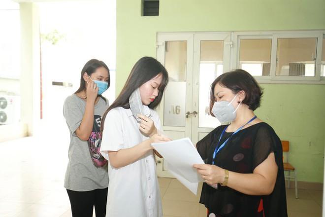 Đi kiểm tra phòng thi, Bộ trưởng Giáo dục được đo nhiệt độ, sát khuẩn tay - Ảnh 5.