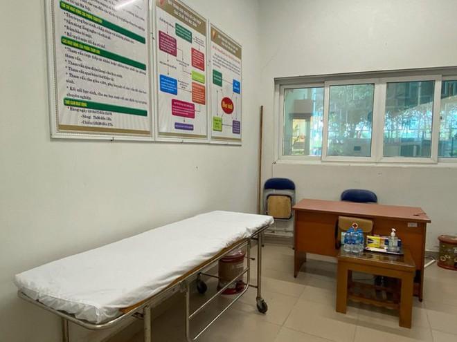 Đi kiểm tra phòng thi, Bộ trưởng Giáo dục được đo nhiệt độ, sát khuẩn tay - Ảnh 6.