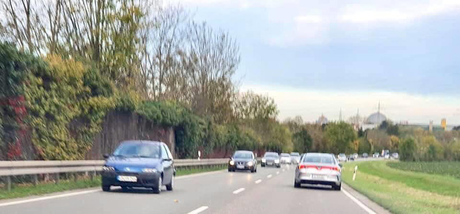 Xôn xao hình ảnh VinFast Lux A2.0 lăn bánh tại Đức: Chiếc biển số hé lộ thêm thông tin - Ảnh 3.