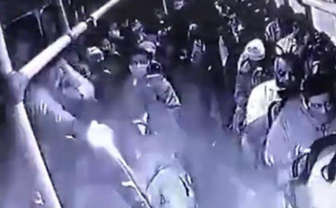 Video: Đấu súng kinh hoàng giữa cảnh sát và cướp trên xe bus Mexico
